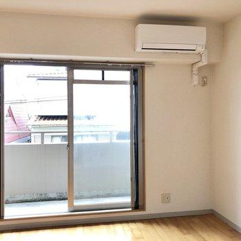 窓からは優しい光。静かな住宅地なので、オフの日もゆっくりのんびりできそう。(※写真は清掃前です)