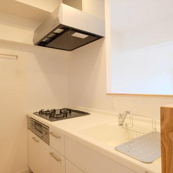 キッチン天板は人工大理石!お手入れ簡単で白さを保ったまま使えます!