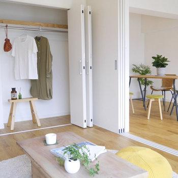 6帖の洋室には壁一面のクローゼット!家族みんなの洋服を一手に引き受けてくれますよ。