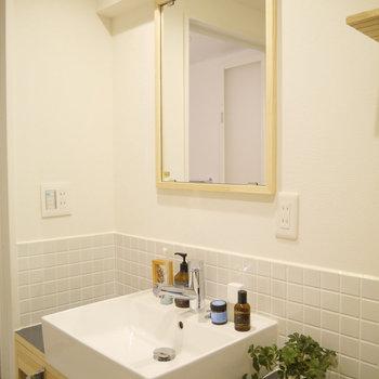 TOMOSオリジナルの洗面台!木製フレームの鏡と白いタイルが可愛らしい◎