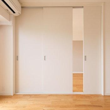 引き戸はお好きなところで区切る事ができるので、インテリアのレイアウトにもひと役買います。