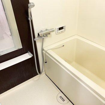 ダークブラウンが素敵な浴室は追焚き機能付です。