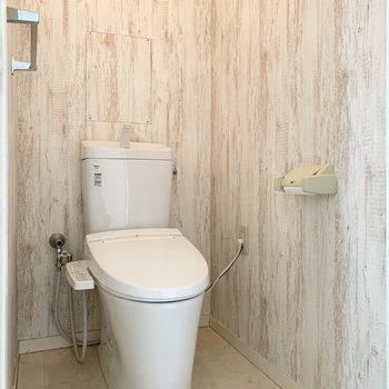 その対面におトイレ。スタイリッシュなウォシュレット付のおトイレです。