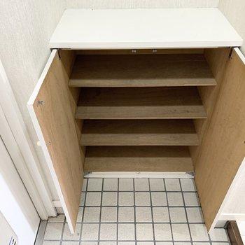 シューズボックスは1段に3足くらいのサイズ感の可動棚。