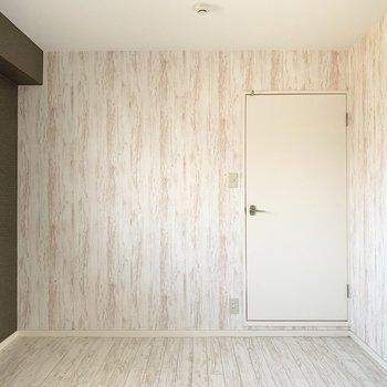 【洋6北】収納のないシンプルな形状のお部屋です。アクセントクロスが素敵なカラー◎