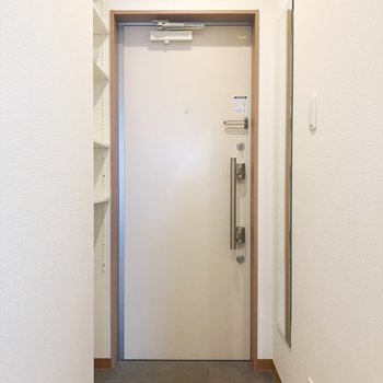 綺麗な玄関には全身鏡も付いてます♪(※写真は2階の反転間取り別部屋のものです)