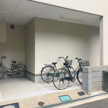建物の1階部分に駐輪場があります!