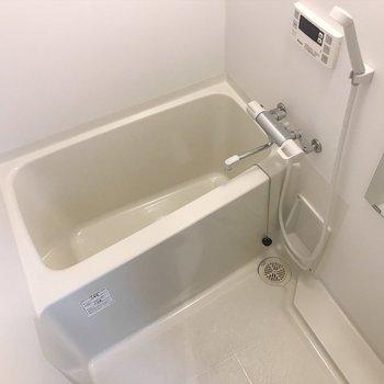 変わった形の浴槽。(※写真は2階の反転間取り別部屋のものです)