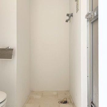 トイレの隣には洗濯機置き場。※写真はクリーニング前のものです