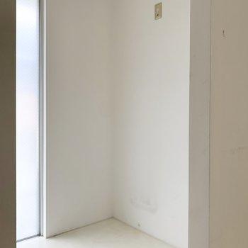 キッチンの後ろには冷蔵庫などを置くことができます。
