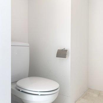 脱衣所にはトイレがあります。