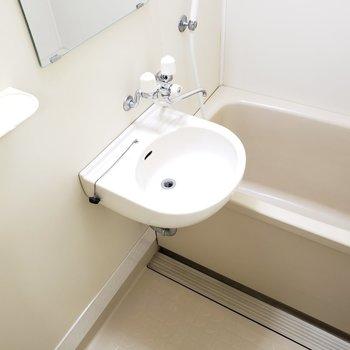 コンパクトにまとまったバスルーム(※写真は5階の同間取り別部屋のものです)
