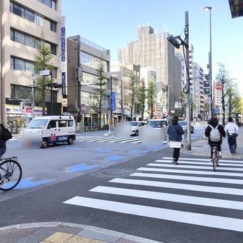 駅前の通りです。スーパーやコンビニで賑わいます。