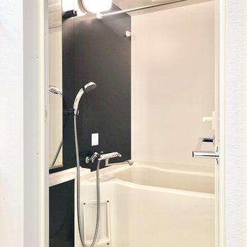 反対側にバスルームです。浴室乾燥機付き。