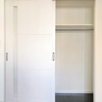 こちらに収納があります。反対の扉を開けると玄関なんです。