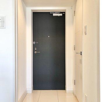 収納の反対の扉を開けて玄関へ。