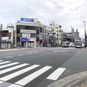 駅前は飲食店やコンビニもあります。