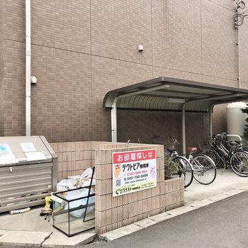 ゴミ置き場と駐輪場があります。