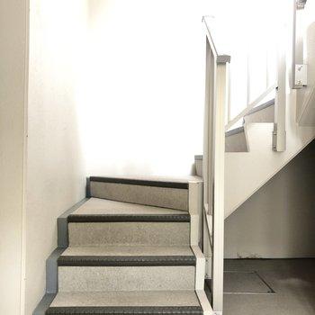 階段をのぼって4階まで行きます。