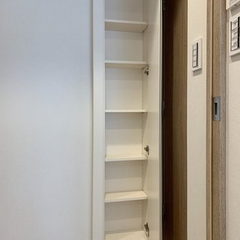 廊下の収納には日用品のストック入れに。