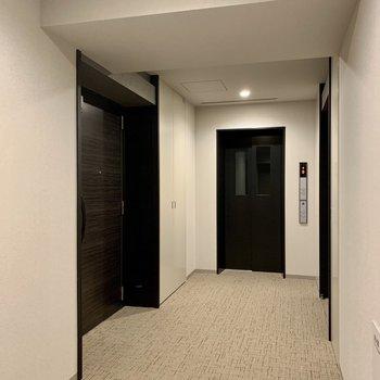 屋内共用部で雨の日も濡れません。お部屋はエレベーターのすぐそば。