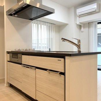 【LDK】キッチンは開放的。下には調理器具がしっかり仕舞えます。