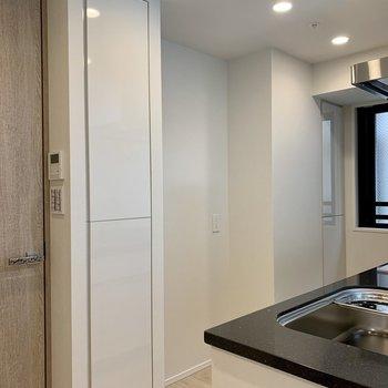 【LDK】後ろの収納には備蓄品を。食器棚が置けるスペースもあるのは嬉しい。