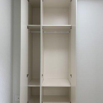 【洋室】パカっと。棚で細かく分けた収納ができます。