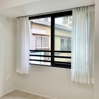 【洋室】大きめの窓で換気もしやすい。