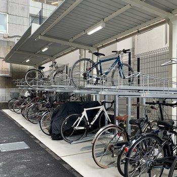 屋根付き駐輪場に、
