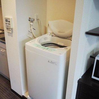 洗濯機はキッチン横に。(※写真は8階の反転間取り別部屋のものです)