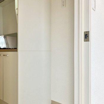右側に冷蔵庫がおけますよ。