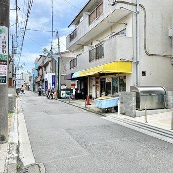 お部屋前の通り。ちらほらと個人店が並び和やかな雰囲気。