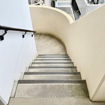 上り下りは階段で。