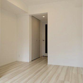 【洋室②】仕切りを開けると太陽の光が奥まで届きます※写真は3階の同間取り別部屋のものです