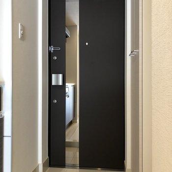 ドアには姿見付きなので、毎日のファッションチェックはここでできます※写真は3階の同間取り別部屋のものです