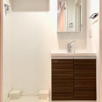 キッチンの正面には洗濯機置場と洗面台が並んでいます※写真は3階の同間取り別部屋のものです