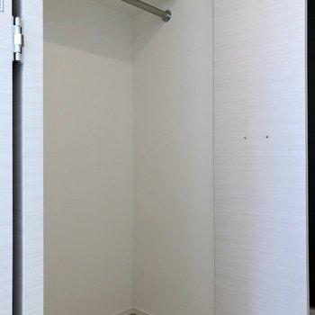 【洋室①】ロングコートもしっかりかけられます※写真は3階の同間取り別部屋のものです
