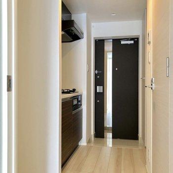 キッチンの横に冷蔵庫が置けます※写真は3階の同間取り別部屋のものです