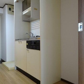 キッチン横に冷蔵庫を置けるスペース。洗濯機置場もお隣に。(※写真は6階の同間取り別部屋のものです)
