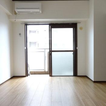 やわらかい光が射し込みます。エアコン付きも嬉しい◎(※写真は6階の同間取り別部屋のものです)