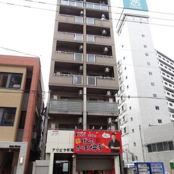 スーパーのお隣◎ネット無料の大通り沿いのマンション。