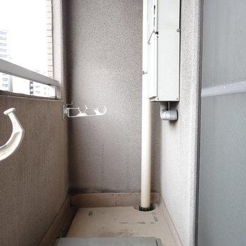 洗濯物十分干せそうなバルコニー。(※写真は6階の同間取り別部屋のものです)