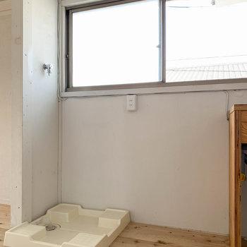 キッチン左が冷蔵庫と洗濯機置き場。