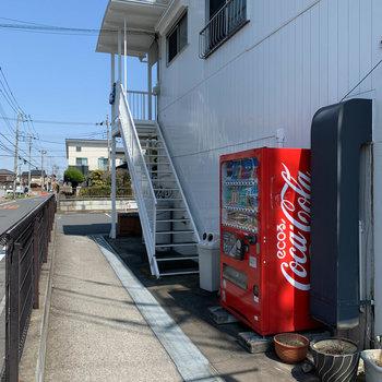 入口の階段周辺。自販機もありあます。
