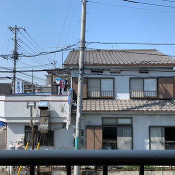サイドの窓からの眺望は、道路やお向かいの住宅。
