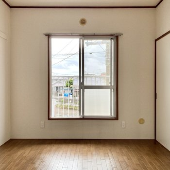 【約6帖洋室東】窓の外はバルコニーです。