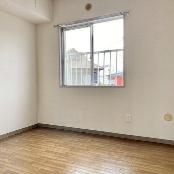 【約4帖洋室】腰窓がアクセントのシンプルな空間です。