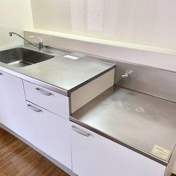 【キッチン】カットスペースが大きく、調理がしやすそうですね。