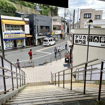 駅前。お弁当屋さんや飲食店が複数並んでいますよ。